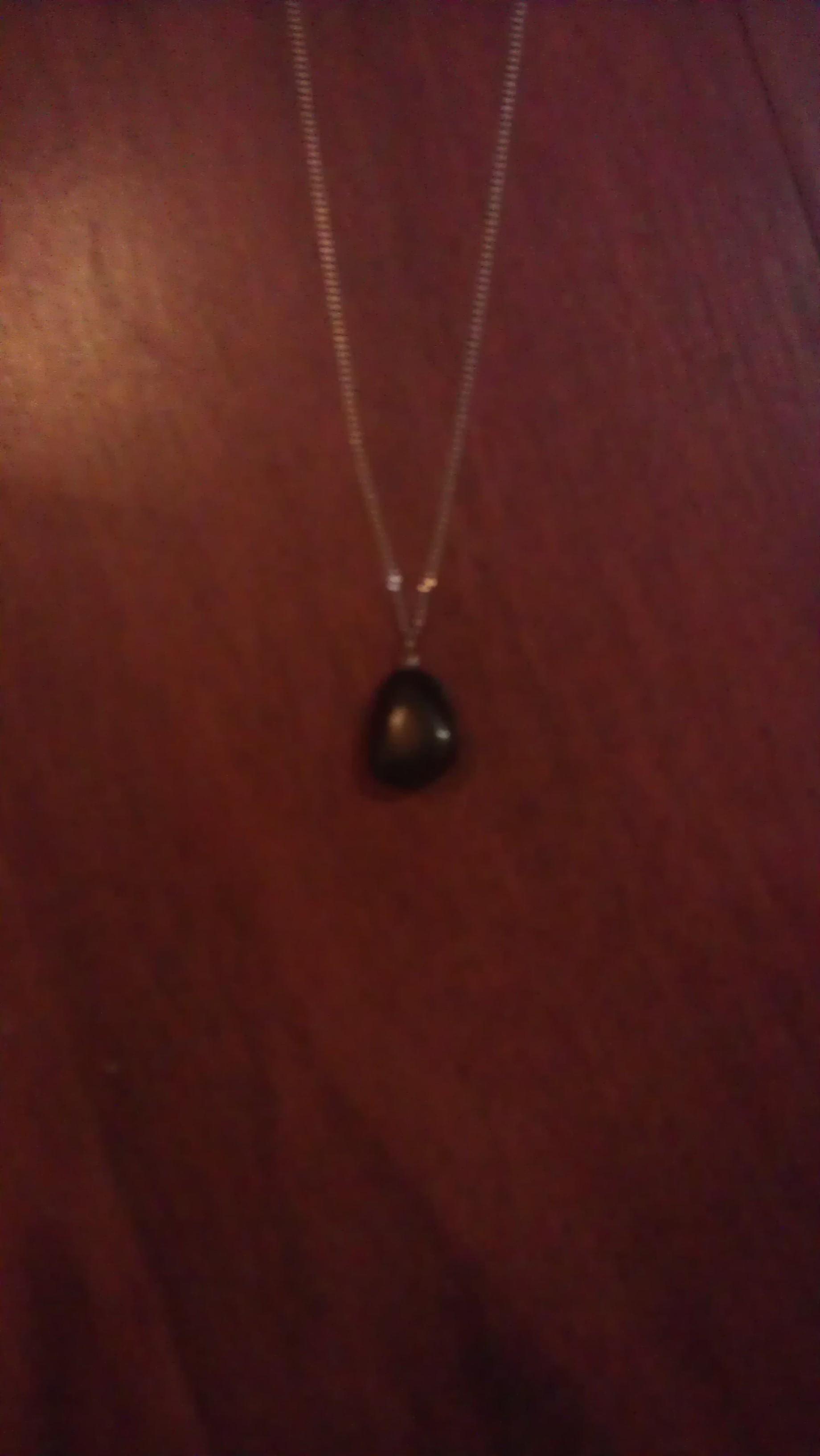 Mon pendentif en obsidienne. Il m'a été offert cette année par mon conjoint.